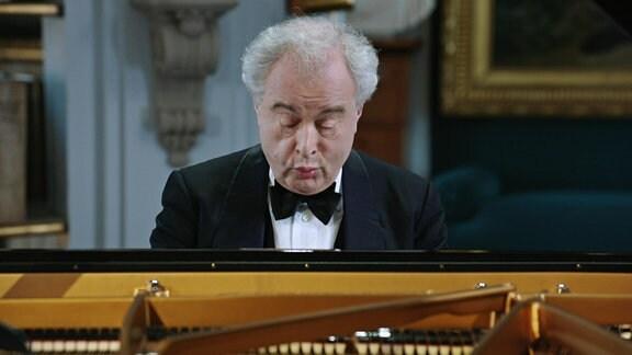 Im Rokokosaal der Herzogin Anna-Amalia-Bibliothek in Weimar spielt Sir András Schiff, der 2014 in den Ritterstand erhoben wurde, ein Programm mit Werken von Bach, Beethoven und Schubert.
