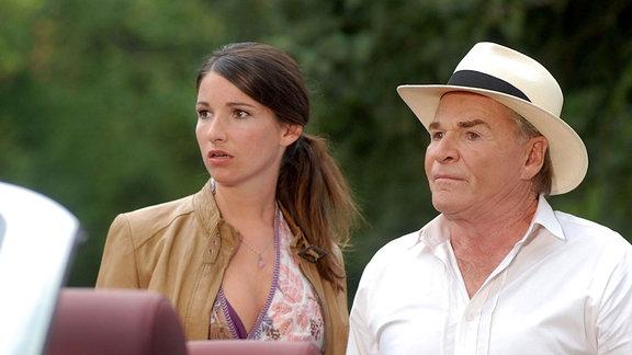 Alexandra (Sophie Wepper) und ihr Papa Wendelin (Fritz Wepper) sind nur um ein Haar einem Unfall entgangen.