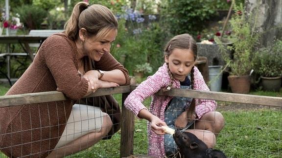 Veras (Rebecca Immanuel) Tochter Mia (Mascha Schrader) wittert ihre Chance, endlich ein eigenes Haustier zu bekommen