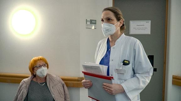 Frau Prof. Dr. med. Sandra Eifert, Leiterin der Frauensprechherzstunde am Herzzentrum Leipzig mit Patientin Sigrid Beyer (sitzend)