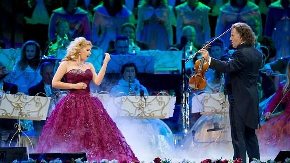 """André Rieu und Mirusia Louwerse berühren das Publikum mit einem Stück aus """"Das Phantom der Oper""""."""