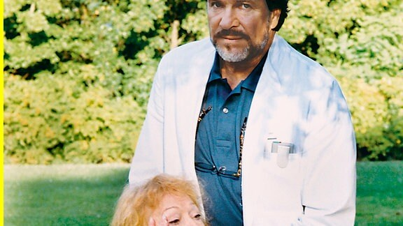 Oberarzt Dr. Gottfried Naumann (Götz George) und Martha Naumann (Gisela Trowe).