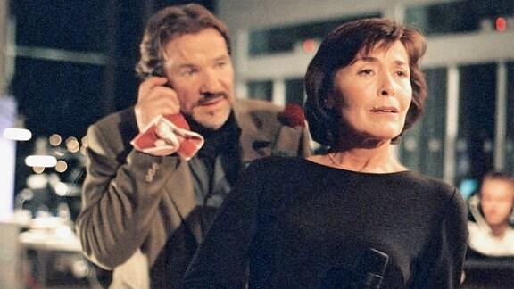 Dr. Gottfried Naumann (Götz George) lernt seine neue Mitbewohnerin Franziska Naumann (Thekla Carola Wied) kennen.