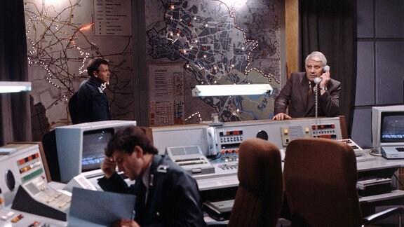 Peter Borgelt (Hauptmann Fuchs) (re) in der Leitzentrale der Verkehrspolizei bei der Ermittlung des aktuellen Standorts des gesuchten Amokfahrers