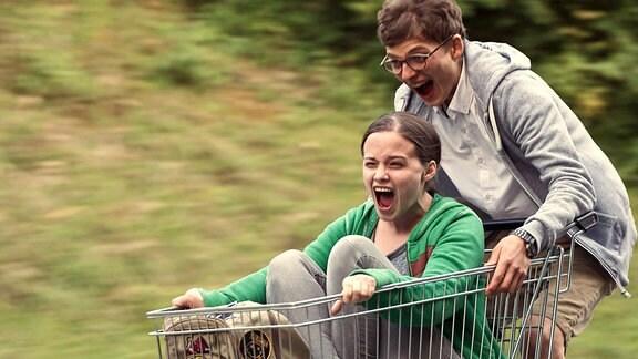 Von links: Charleen (Jasna Fritzi Bauer) und Linus (Sandro Lohmann) fordern das Schicksal heraus.