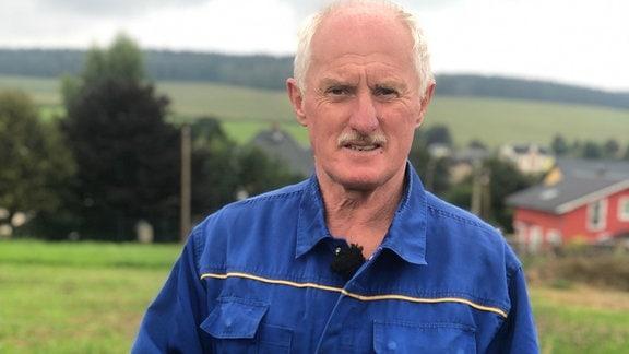 Wilfried Penig ist der letzte Einzelbauer von Reumtengrün: er versorgt Kühe, Kartoffeln und ein mutterloses Kälbchen.