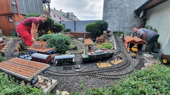 Insgesamt haben Frederic Schaarschmidt und sein Onkel Andreas 500 Meter Gleise für ihre Gartenbahn verlegt. Bis zu 40 Lokomotiven können gleichzeitig rollen.