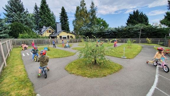 Im Kindergarten lernen die Knirpse schon früh Verkehrsregeln, um im Schulalter sicher mit dem Fahrrad zu fahren.
