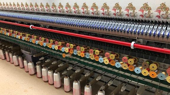 """""""Plauener Spitze"""" hat nach wie vor einen guten Ruf und die Nachfrage ist groß. Bei Stefan Reuter & Sohn arbeiten die riesigen Stickmaschinen die Woche über in drei Schichten."""