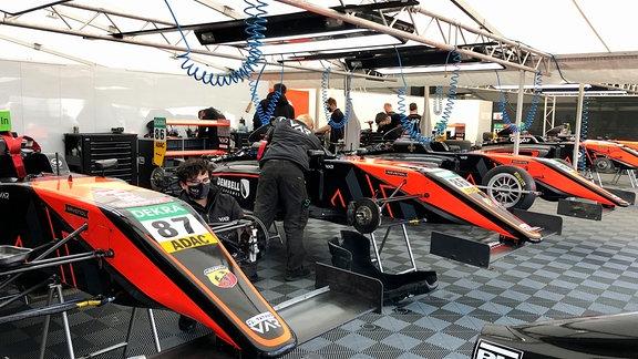 Auch Formelklassen trainieren in Oschersleben. Hier das Lager eines Formel-4-Teams.