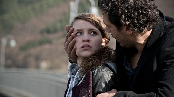 Paul (Mehdi Nebbou) findet Sarah (Janina Fautz) festgeklammert am Abgrund einer Talsperre.