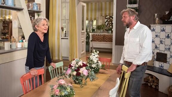 Jens (Martin Luding, r.) zögert, seine Schwester Anke zu seiner Hochzeit einzuladen, ist ihr Verhältnis zu Dörte (Edelgard Hansen, l.) doch seit Jahren gestört.