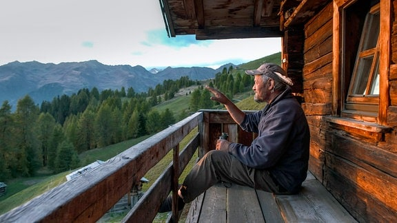 Josef Kahn, genannt Sepp, lebt sein ganzes Leben lang im Sommer auf einer Alm über dem Gsiesertal. Im Herbst, wenn kein Gras mehr wächst und die Kälte hereinbricht, steigt er mit seinen Kühen wieder hinab ins Tal.