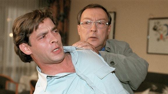 Schmücke (Jaecki Schwarz) bringt den aufgebrachten Lukas (Tom Mikulla) zur Vernunft.