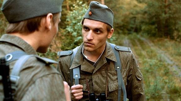 Schaller (Anton Spieker, li.) und Schmidt (Nico Ehrenteit) begegnen einander mit Skepsis.