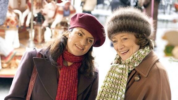 Zwei Frauen und ein Kind auf dem Weihnachtsmarkt