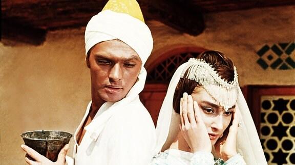 Mit Hilfe seiner Wunderlampe und dem darin lebenden Geist zaubert Aladin (Boris Bystrow, li.) die Prinzessin Budur (Dodo Tschogowadse, re.) zu sich nach Hause.