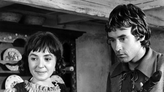 Luisa (Simone v. Zglinicki) sieht erfreut und Jacob (Matthias Günther) erstaunt in eine Richtung.