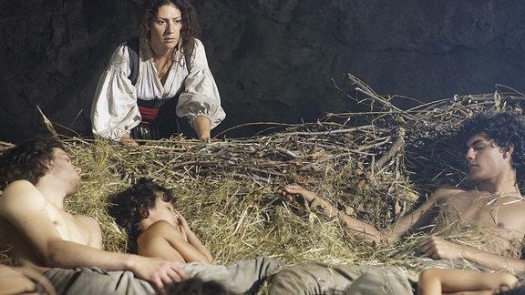 Bohdanka (Martha Issová) betrachtet ihre schlafenden Brüder.