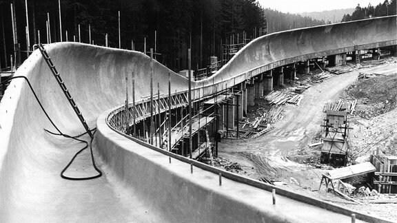 Sie hat 17 Kurven, 15 Prozent Gefälle und ist eine der anspruchsvollsten Bahnen der Welt - die Rennschlitten- und Bobbahn Altenberg.