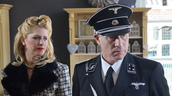 Frau Müller (Silvia Elfert) an der Seite des Obersturmbannführers (Ralph Herforth).