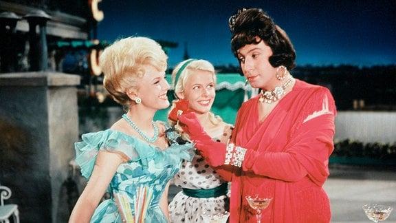 Ulla Bergström (Eike Pulwer, li.) und ihre Cousine Britta (Marlene Rahn, Mitte) finden Charleys Tante sehr amüsant. Noch ahnen sie nicht, dass sich hinter der angeblichen Tante (Peter Alexander) ein junger Mann verbirgt.