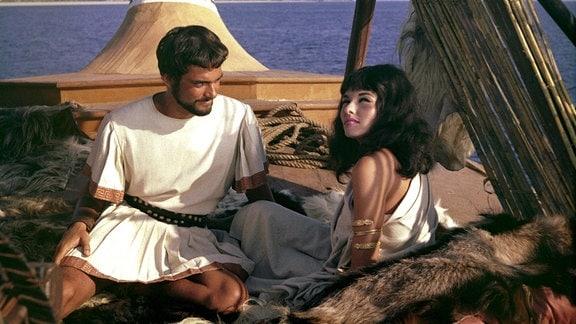 Jason (Todd Armstrong) rettet Medea (Nancy Kowack), die als einzige den Untergang ihres Schiffes überlebt hat.