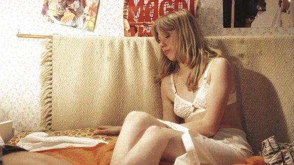 Adelheid Puhlke (Susann Anacker) wird Zeugin eines heftigen Streits ihrer Nachbarn, dem Ehepaar Zinn.