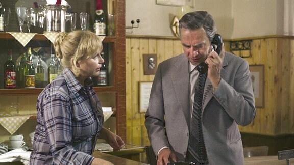 """In der Kneipe """"Zumseil"""" versucht Carl Zinn (Horst Schulze) vergeblich, seine Ehefrau Steffi telefonisch zu erreichen."""