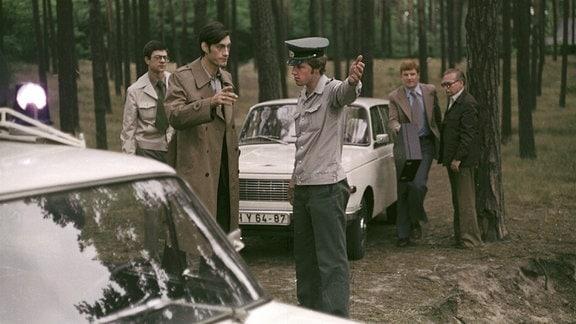 Kriminalpolizei-Hauptmann Herbert Lohm (Winfried Glatzeder, 2. v. li.) und sein Team, Unterleutnant Gerrit Reiß (Wolfgang Penz, li.) und Oberleutnant Werner Gallig (Peter Bause, 2. v. re.), werden zum Langen See gerufen.