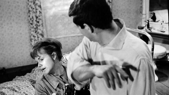 Bild v.l.n.r.: Im Elternhaus kommt es zur gewaltsamen Auseinandersetzung zwischen Marie (Angelika Waller) und ihrem Bruder Dieter (Wolfgang Winkler), als dieser erfährt, dass Marie eine Affäre mit dem Richter hat, der ihn ins Gefängnis brachte.