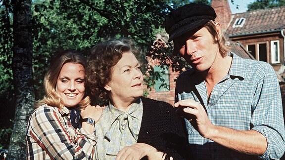 Dalli (Heidi Brühl, l.), die Eigentümerin des Immenhofs, mit ihrem zukünftigen Mann, dem Pächter Alexander (Horst Janson) und Oma Arkens (Olga Tschechowa, Mitte).