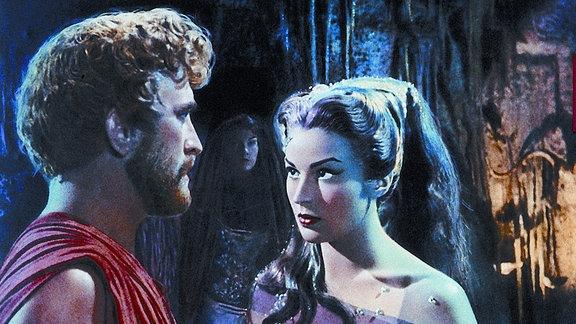 Odysseus (Kirk Douglas) landet während seiner Irrfahrt bei Circe (Silvana Mangano), die ihn umschmeichelt.