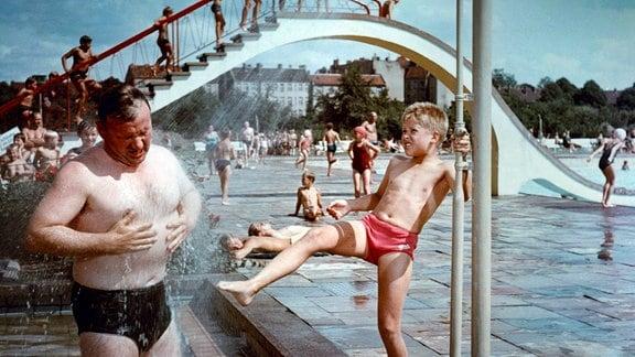 Alfons (Helmut Rossmann, r.) und sein Vater (Günter Simon, l.) im Freibad