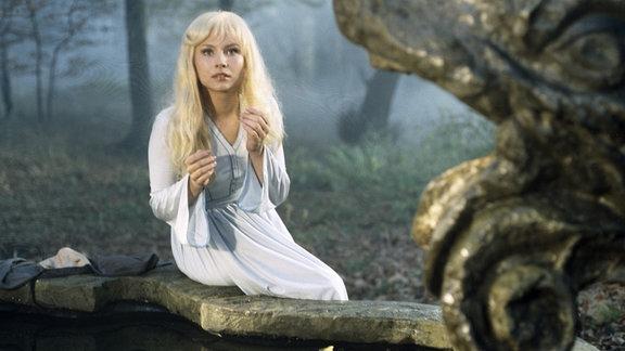 Jaroslava Schallerova (Gänsehirtin Trulle / Prinzessin Marie) am Brunnen