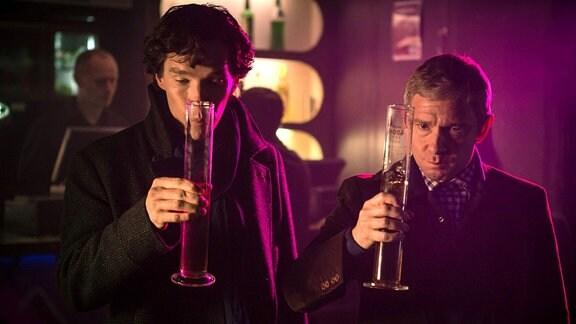Ausnahmsweise trinkt Sherlock (Benedict Cumberbatch, li.) mit seinem Freund John Watson (Martin Freeman) Alkohol.