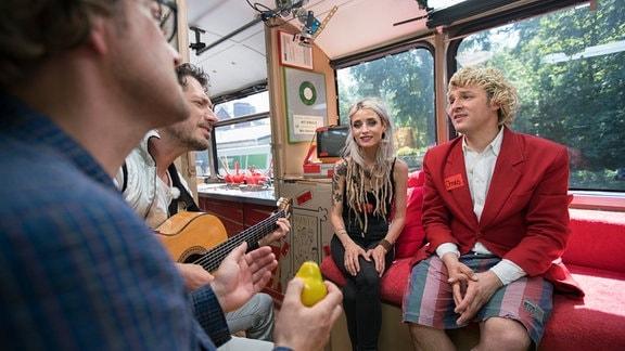Zärtlichkeiten im Bus mit Sarah Lesch