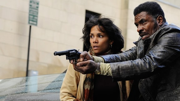Joe Napier (Keith David) verhilft Luisa Rey (Halle Berry) zur Flucht.