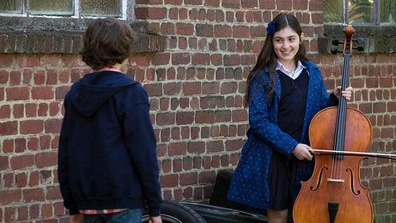 Marie mit Geige und Victor vor der Garage (Alix Vaillot, Jean-Stan Du Pac)