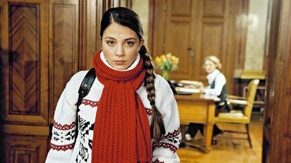 Julia Weimann (Arzu Bazman) in der Anwaltskanzlei ihres Vaters.