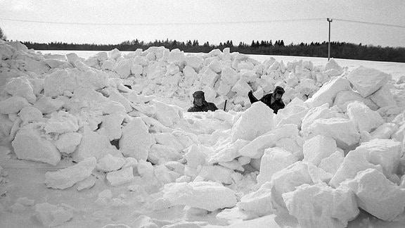 Originalaufnahme vom Katastrophenwinter 1978/79 auf Rügen Zwei Männer kämpfen sich durch die Schneemassen.