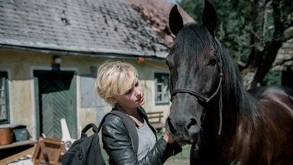 Alex (Julia Richter) ist am verlassenen Köhlerhof als plötzlich Dezember auftaucht.