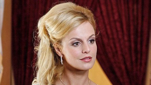 Carmen (Anja Nejarri), die schöne Freundin des Clubbesitzers Henry Borst.