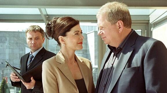 Dr. Kerner (Bernhard Schir, li.) und seine PR-Agentin Nora Hansen (Anja Kruse) haben Dr. Sommerfeld (Rainer Hunold) dazu überredet, als Berater für ihren Pharmakonzern zu arbeiten.