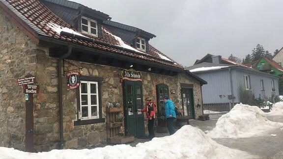 Die alte Schmiede von Schierke ist ein kleines, altes Haus aus grauem Stein und mit moosgrüner Tür.