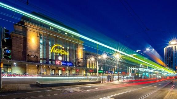 Verkehrslichter in abendlicher Dämmerung vor der Westhalle des Leipziger Hauptbahnhofs