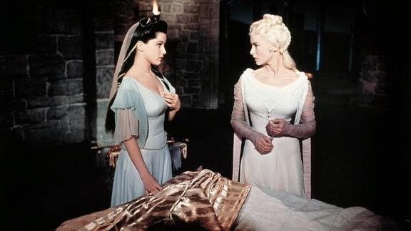 Die Königstöchter Aleta (Janet Leigh) und Ilene (Debra Paget) pflegen den verwundeten Prinz Eisenherz.