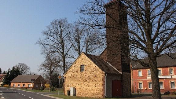 Rohne ist klein. So klein, dass es noch nicht mal eine Kirche hat, dafür aber einen Feuerwehrturm. Er ist das Wahrzeichen im Dorfkern.