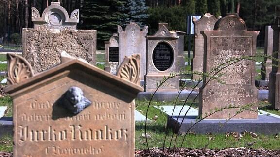 Auf dem Friedhof sind in den letzten Wochen viele alte Grabsteine neu aufgestellt worden. Sie stammen vom historischen sorbischen Friedhof, der nach dem 1. Weltkrieg aufgegeben wurde.