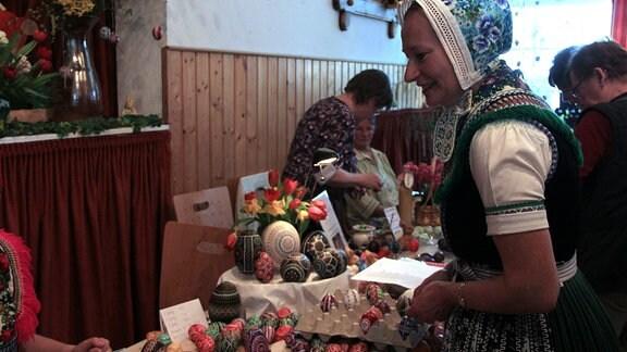 Im Nachbardorf Schleife gibt's an diesem Wochenende den Ostereiermarkt. Die Chefin vom Sorbischen Kulturzentrum Sylvia Panoscha sammelt die Standgebühr ein ...